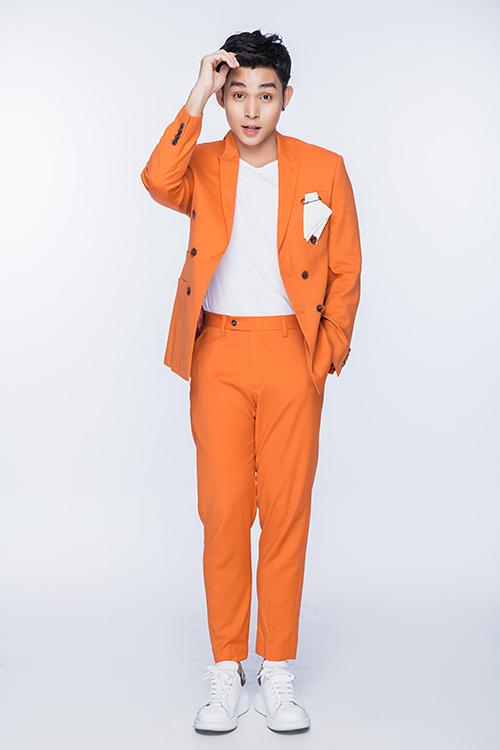 Trong loạt ảnh vừa thực hiện, Jun Phạm sử dụng loạt suit sắc màu để gây ấn tượng với phong cách thời trang thanh lịch đan xen sự năng động và cá tính.