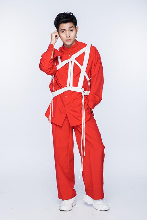 Trang phục áo quần đồng bộ trên sắc đỏ tươi trở nên độc đáo hơn với phần phối dây đai phá cách.