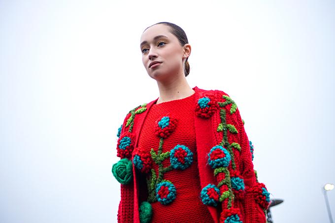 Trong tiết trời se lạnh của  New York các thiết kế của bộ sưu tập đưa mọi người trở về một bầu không khí ấm áp đậm chất lãng mạng của một khung trời tuổi thơ mơ mộng.