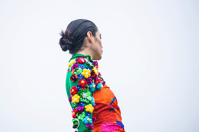 Ngoài việc khai thác hoạ tiết in, sắc màu tươi sáng, Vũ Ngọc và Son còn khai thác triệt để kỹ thuật thêu len, đan len để tạo nên hoạ tiết 3D cho các mẫu váy.