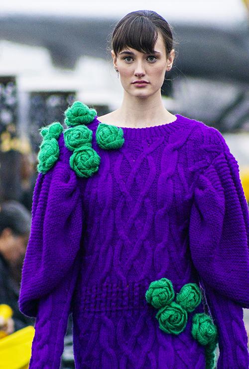 Hai nhà thiết kế cho biết, họ rất vất vả trong việc tìm kiếm các nghệ nhân và thợ thủ công theo nghề đan len để thực hiện các ý tưởng. Vì thời gian hoàn thành bộ sưu tập đúng vào dịp Tết Nguyên Đán và nghề đan len truyền thống đã dần mai một.