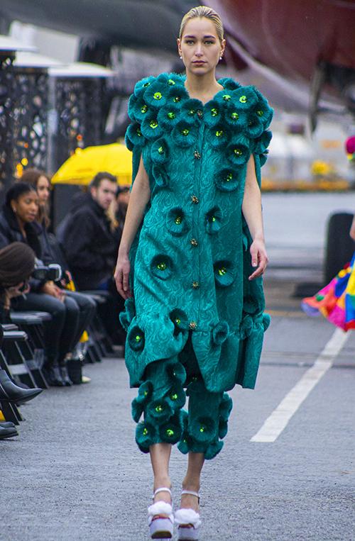 Len và gấm được kết hợp cùng nhau để mang tới nhiều mẫu trang phục cho mùa thu đông 2020. Đây là một thể nghiệm khá mới mẻ của hai nhà mốt Việt.