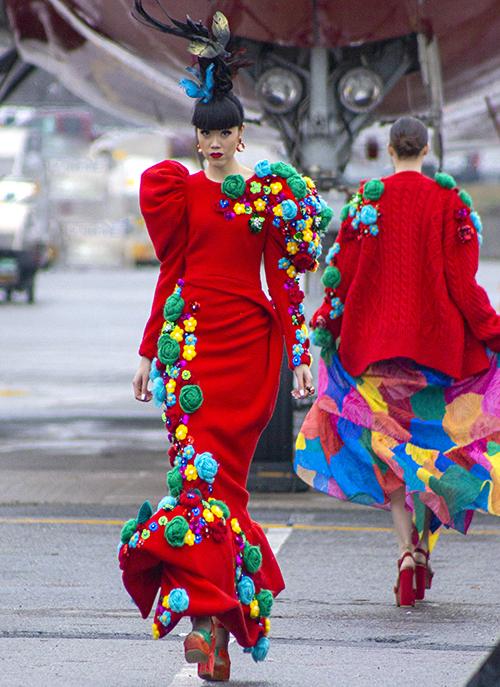 Váy dạ hội tông đỏ nổi bật được trang trí hoa len kết nổi là trang phục dành riêng cho vedette.