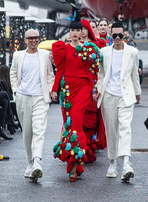 Jessica Minh Anh (váy đỏ) được hai nhà thiết kế Vũ Ngọc và Son mời vào vị trí mở mà và vedette cho bộ sưu tập Ký ức tuổi thơ được trình diễn tại Mỹ.