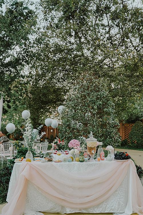 Ekip với 20 nghệ nhân cắm hoa đã dành ra 6 tiếng làm việc liên tục để đảm bảo tiến độ của lễ cưới, hoàn thiện việc trang trí khoảng 2 tiếng trước giờ cử hành hôn lễ.