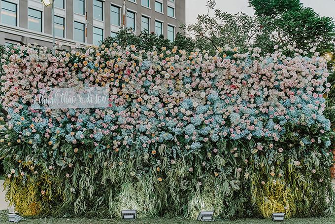 Các loài hoa được dùng để trang trí hôn lễ đều được nhập khẩu, gồm có: hoa hồng Ohara màu trắng, hồng; hoa Delphinium;hoa baby; hoa mao lương; cẩm tú cầu Hà Lan;hoa nhím biển; phi yến... cùng nhiều loại hoa, lá phụ trợ khác.