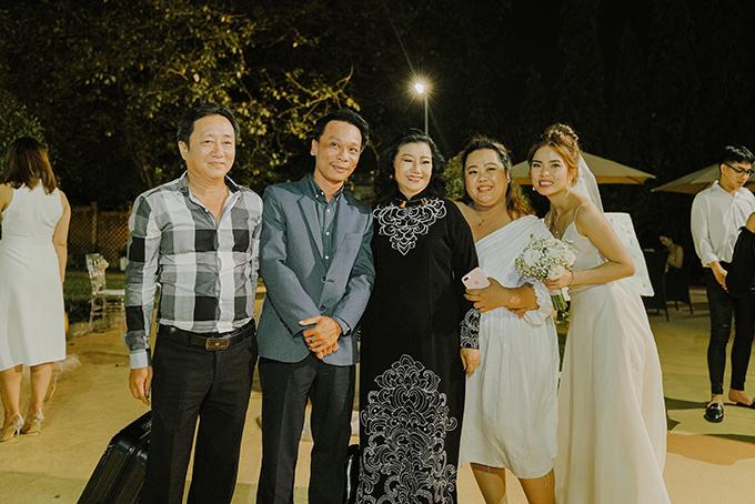 Nghệ sĩ Kim Cương - người thân gia đình chú rể cũng góp mặt tại tiệc cưới.