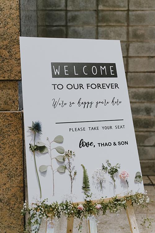 Bảng welcome của tiệc mang phong cách hiện đại với chữ nghệ thuật calligraphy. Phần trang trí là những loài hoa, cỏ chủ đạo trong buổi tiệc.