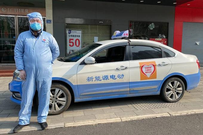 Tài xế taxi tình nguyện Zhang Lei. Ảnh: NYT.