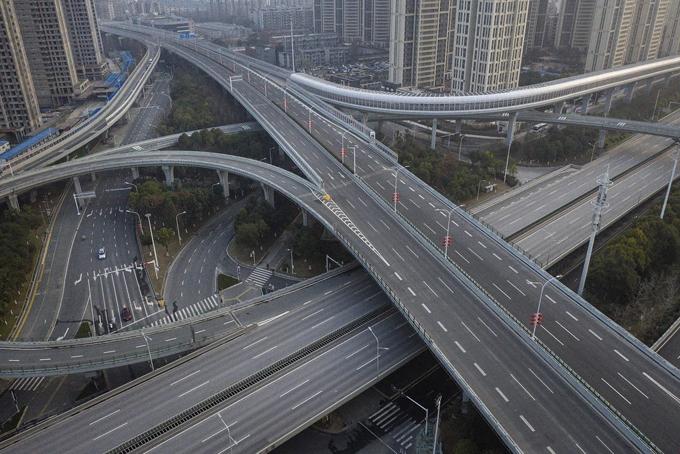 Các tuyến giao thông ở Vũ Hán vắng lạng, không có xe cộ qua lại đông đúc như trước đây. Ảnh: NYT.