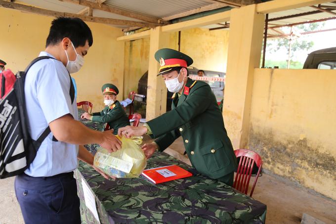 Quân đội diễn tập đón và cách ly người từ Trung Quốc
