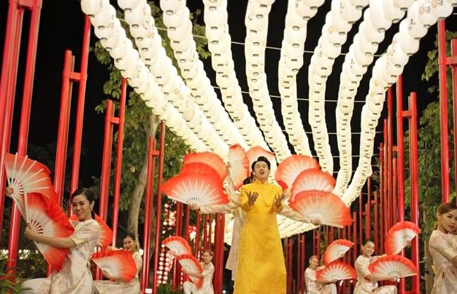 Con đường đèn lồng cao 6m, kết từ 2.000 chiếc đèn lồng chouchin sáng lung linh tại Công viên Ánh sáng, Vinhomes Grand Park