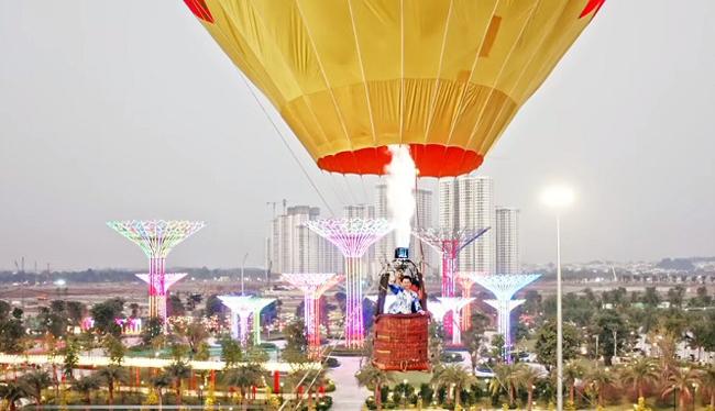 Cảnh quay ấn tượng và tốn nhiều thời gian nhất của ê-kíp là Dương Triệu Vũ bay trên khinh khí cầu cách hơn 50m so với mặt đất để ngắm nhìn TP HCM và công viên Ánh sáng.