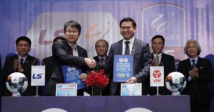 Lãnh đạo VPF và LS bắt tay trong lễ ký kết hợp tác.