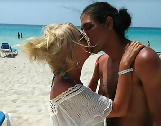 Nathalie Fraser hôn tình trẻ trên bãi biển khi còn sống. Ảnh: CEN.