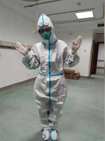 Bác sĩ Dong Fang trang bị bảo hộ đầy đủ trong quá trình điệu trị bệnh nhân tại bênh viện số 3 Vũ Hán. Ảnh: China Daily.