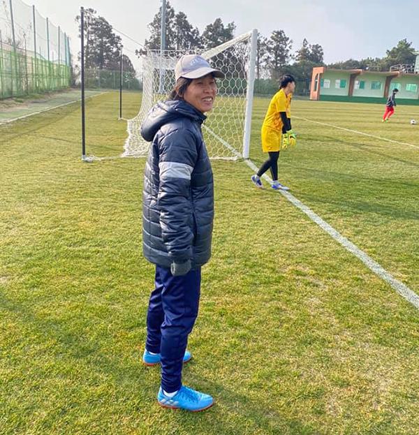 Trợ lý Đoàn Thị Kim Chi trong buổi tập của tuyển nữ Việt Nam trước trận đấu với Myanmar. Ảnh: Chang Chang.