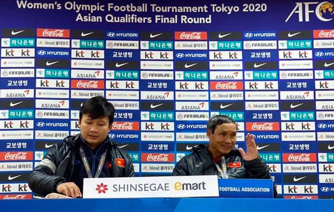 HLV Mai Đức Chung trả lời họp báo sau trận đấu. Ảnh: Chang Chang.