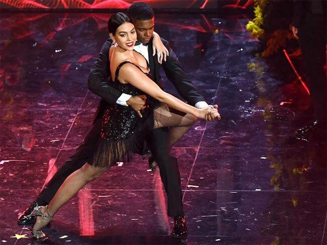 Người đẹp có lúc thay trang phục khiêu vũ trình diễn điệu nhảy tình tứ với nam vũ công.