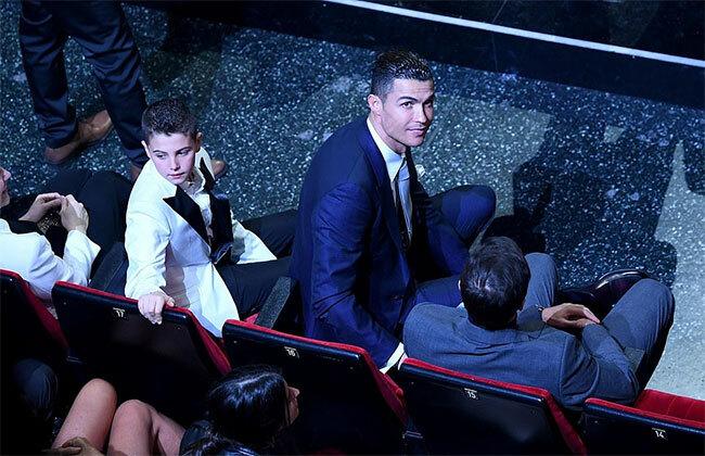 Siêu sao Juventus ngồi hàng ghế đầu, sát sân khấu, quan sát ban gái.