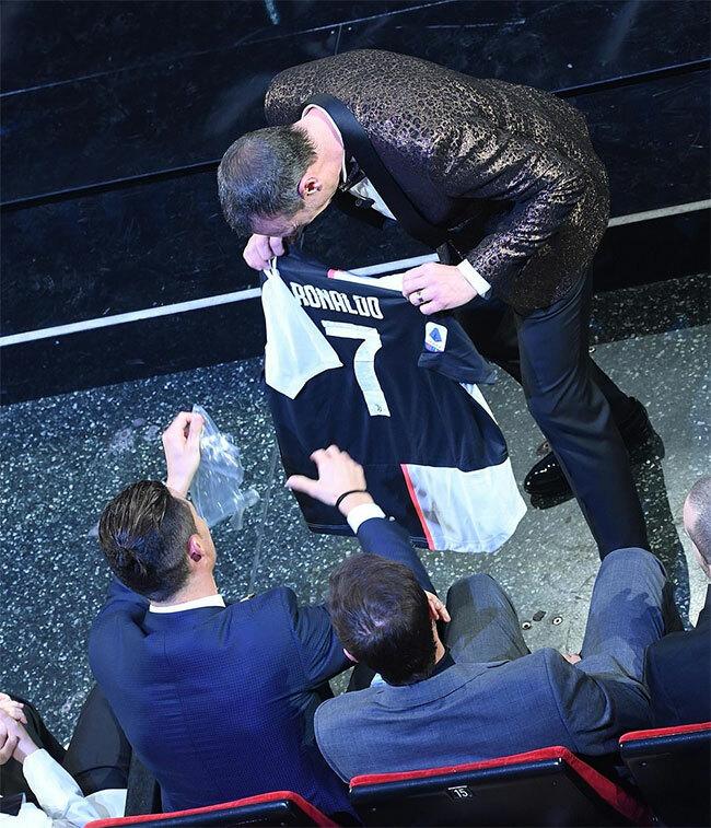 C. Ronaldo được người dẫn chương trình Amadeus tặng một chiếc áo đấu Juventus.