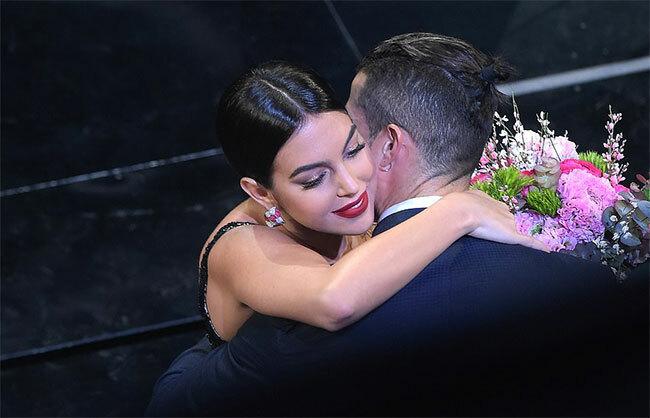 Sau màn biểu diễn khiêu vũ, Georgina Rodriguez được C. Ronaldo tặng hoa chúc mừng.
