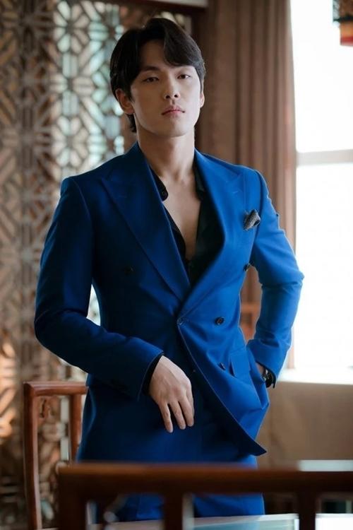 Kim Jung Hyun vào vai tay lừa đảo Hàn kiều Gu Seung Joon. Anh chàng này ban đầu theo đuổi Yoon Se Ri, nhưng về sau phải lòng tiểu thư Bắc Hàn Seo Dan. Vai diễn nàymang đến nhiều tiếng cười bởi vẻ ngạo mạn, sành sỏi về hẹn hò nhưngđôi khi si tình đến mức có phần ngốc nghếch. Kim Jung Hyun sinh năm 1990, từng đóng Dont Dare To Dream, School 2017, thắng giải Nam diễn viên mới xuất sắc đài MBC năm 2017.