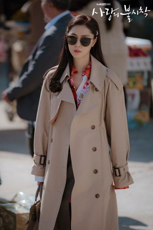 Trong phim, đối trọng với nữ chính Yoon Se Ri (Son Ye Jin đóng) - con gái nhà tài phiệt Hàn Quốc là tiểu thư Seo Dan xuất thân gia đình quyền lực về quân sự lẫn thương mại xứ Bắc Hàn (ảnh). Sống trong nhung lụa từ bé, lại du học phương Tây, cô thường xuất hiện với những bộ cánh thời thượng, vẻ lạnh lùng, kiêu chảnh. Yêu thầm Jung Hyuk (Hyun Bin đóng) từ thời trung học, cô tìm mọi cách để trở thành vị hôn thê của anh trong một cuộc hôn nhân ngoại giao.