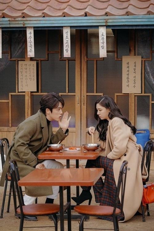 Tờ Marie Claire đánh giá, dàn sao đóng vaiphụ là một trong các yếu tố làm nên thành công của series phim Hàn Quốc. Trong đó, các diễn viên đảm nhận nhân vật ở Bắc Triều Tiên đem đến nhiều tiếng cười lẫn sự xúc động bởi lối diễn đa sắc thái.