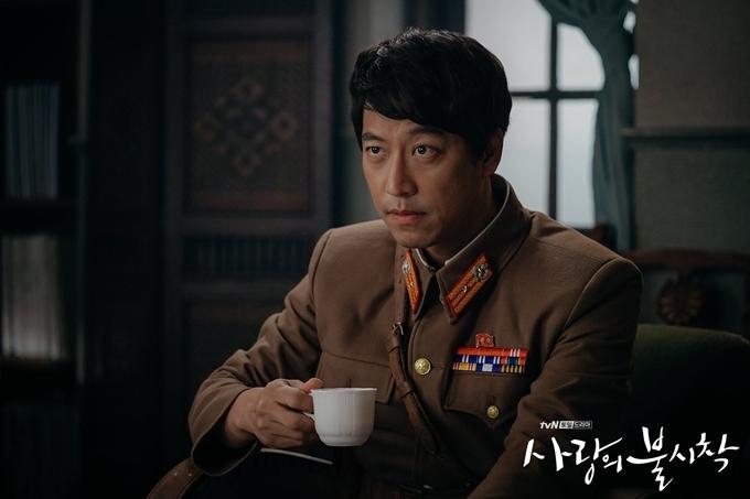 Oh Man Seok thuyết phục với vai phản diện chính của phim -quân nhân Cho Chul Gang ăn hối lộ, buôn lậu và giết người trong quân đội Bắc Triều Tiên, bộc lộ sự độc quyền, tham vọng và tàn nhẫn qua ánh mắt lẫn giọng thoại.