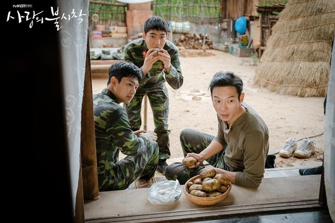 Yang Kyung Won (phải) vào vai anh lính lớn tuổi nhất trong đội, nói nhiều, thích khoe khoang, hay đấu khẩu với chị đẹp Yoon Se Ri. Anh thể hiện lối diễn hơi khoa trương, ồn ào nhưng đúng chất nhân vật. Nam diễn viên sinh năm 1981 hoạt động bền bỉ trên sân khấu kịch nói, mới góp mặt trong hai phim truyền hình là Biên niên ký Arthdal và Hạ cánh nơi anh.
