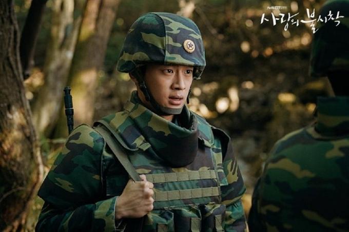 Nổi bật nhất trong nhóm này là Lee Shin Young vai anh lính đẹp trai Kwang Bum. Nam diễn viên sinh năm 1998 làngười ít kinh nghiệm diễn xuất nhất trong dàn cast, song thể hiện khá tự nhiên tính cách trầm tĩnh, nghiêm túc. Đang được yêu thích với Hạ cánh nơi anh, Lee Shin Young gần đây gây tranh cãi với tin tứctừng bắt nạt bạn học thời cấp ba. Tuy người tự nhận là nạn nhân sau đó đã rút lại tố cáo, ngôi sao trẻ được cho là dùng tiền để hòa giải với đối phương.
