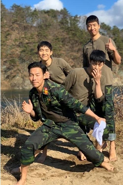 Sức hút lớn không kém cặp đôi nam nữ chính là bốn chàng quân nhân Bắc Hàn dưới trướng đại úy Jung Hyuk. Bốn nam diễn viên khắc họa tròn trịa cá tính riêng biệt của từng nhân vật, nhưng cùng bộc lộ được vẻ chân quê và trung thành, làm khán giả khóc, cười theo từng tình huống.