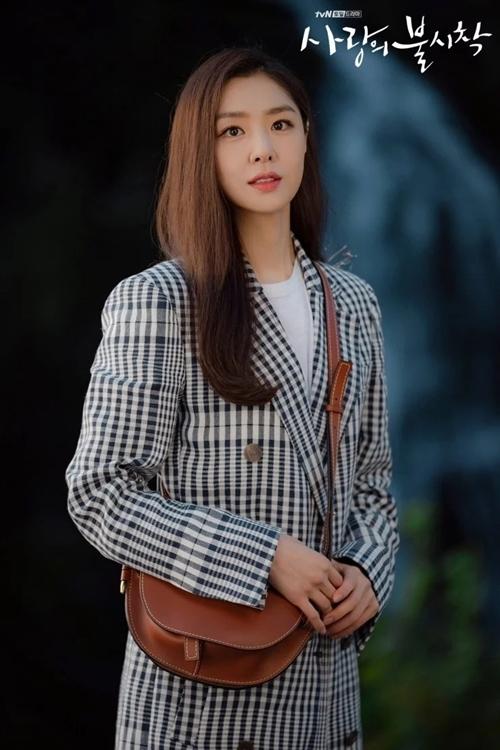 Đảm nhận vai này là Seo Ji Hye. Cô sinh năm 1984, bén duyên nghề diễn qua phim All In năm 2003 (Song Hye Kyo và Lee Byung Hun đóng chính). Trước Hạ cánh nơi anh, cô từng đóng chung với Hyun Bin trong phim cổ trang giả tưởng Dạ quỷ chiếu rạp năm 2018. Seo Ji Hye từng đoạt giải Nữ diễn viên mới xuất sắc của đài MBC năm 2005, Nữ diễn viên xuất sắc đài KBS năm2012, Nữ diễn viên xuất sắc đài SBS năm 2018.