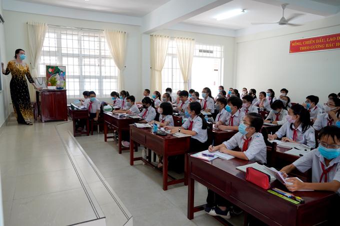 Học sinh Bến Tre đi học ngày 7/2. Đây là tỉnh duy nhất trong cả nước không cho học sinh nghỉ học trong tuần từ 3/2-9/2. Ảnh: Hoàng Nam.