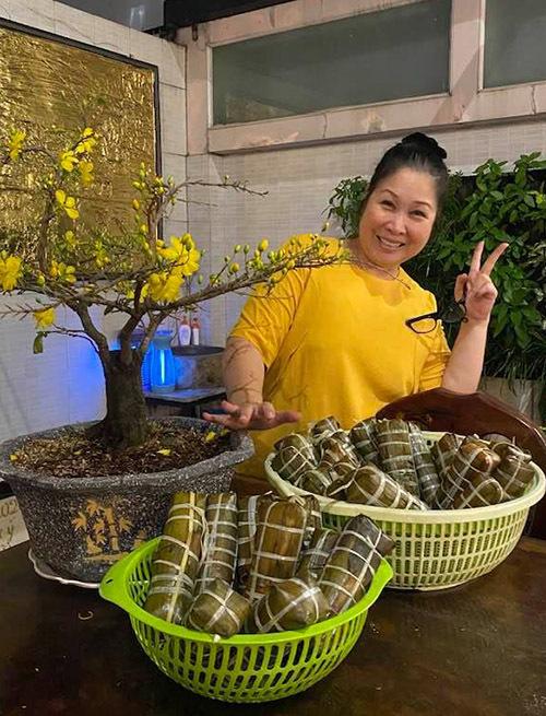 Ngoài đời Hồng Vân rất giản dị, mộc mạc, khác hẳn nhân vật bà Mai chị thể hiện trong phim Gạp nếp, gạo tẻ. Tết năm nay NSND tự tay gói hàng chục chiếc bánh tét tặng người thân và một sốđàn em, bạn bè trong làng giải trí.
