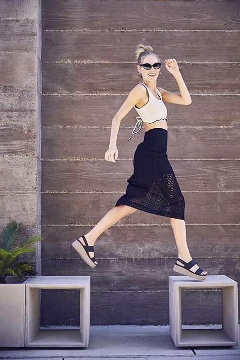 Hiểu được nỗi lòng của phụ nữ, Crocs đã thiết kế dòng sản phẩm Crocs Brooklyn với chất liệu nhựa đặc trưng, nâng đỡ gót chân hiệu quả, kết hợp với độ dốc vừa phải, mang lại êm ái cho người dùngkhiphải di chuyển nhiều.