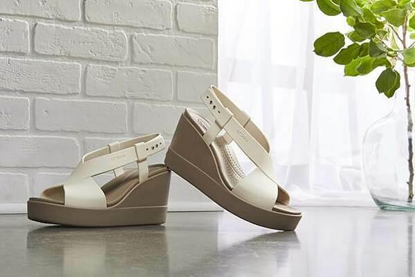 Khác với hình ảnh đôi Clog đặc trưng có phần kén người mang, bộ sưu tập mới lần này mang tới sựkhác biệt: Thời trang và nữ tính hơn. Các sản phẩm dép cao của Crocs vẫn nâng chiều cao hiệu quảnhưng vẫngiúp người dùngđi lại thoải mái.