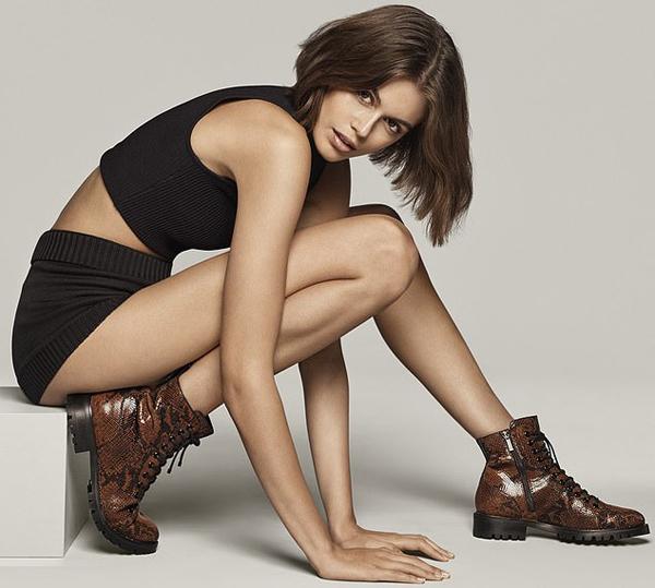 Kaia Gerber cá tính khi quảng cáo mẫu giầy do cô đồng thiết kế.