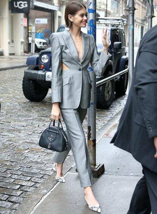 Trước đó, vào buổi chiều cô tới văn phòng để họp với đại diện của thương hiệu Jimmy Choo.
