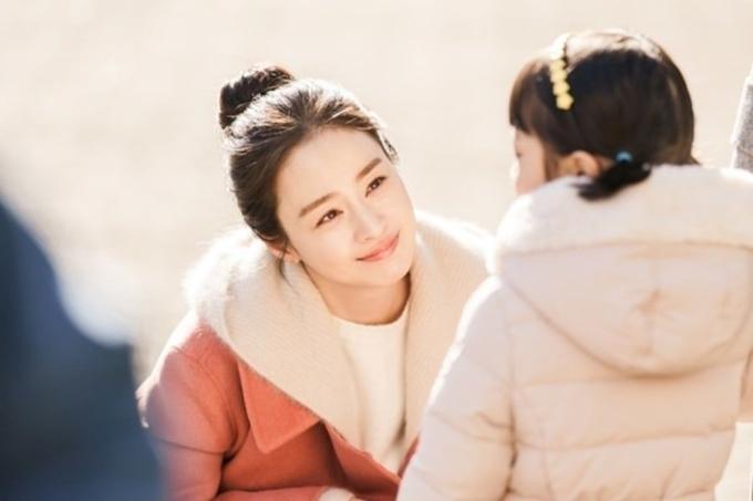 Đây là dự án đưa ngọc nữ xứ Hàn trở lại màn ảnh nhỏ sau năm năm, kể từ phim Yong Pal. Cô vào vai Cha Yu Ri - một phụ nữ hiện đại đạt chuẩn mực giỏi việc nước, đảm việc. Sau một tai nạn giao thông, Yu Ri qua đời, để lại người chồng bác sĩ Kang Hwa (Lee Kyu Hyung đóng) và cô con gái nhỏ. Sau năm năm mất, Yu Ri vẫn chưa thể đầu thai vì còn ôm mối day dứt với con gái. Cô được cho phép trở lại dương gian trong 49 ngày, bù đắp tình thương cho con và hóa giải những tiếc nuối.