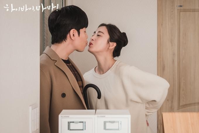 Cặp đôi có nhiều khoảnh khắc tình tứ trong phim.