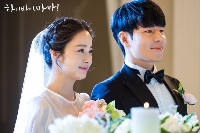 Kim Tae Hee và Lee Kyu Hyung quay cảnh đám cưới.