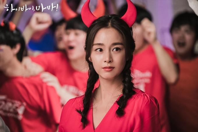 Kim Tae Hee thể hiện nhân vật Yu Ri tuổi ngoài đôi mươi trong đội cổ vũ đội tuyển Hàn Quốc năm 2006. Trang Sina khen ngợi người đẹp xứ Hàn giữ nhan sắc tốt, lấy lại vóc dáng và thần thái trẻ đẹp không lâu sau khi sinh con thứ hai hồi tháng 9/2019.