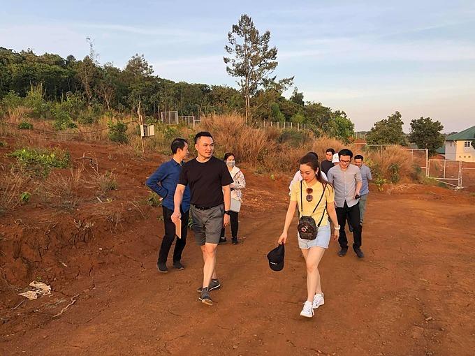 Lý Thùy Chang đồng hành cùng bạn trai Chi Bảo trong chuyến công tác tại Đắk Nông và hào hứng tiết lộ:Haingày khảo sát trong rừng với anh chồng bằng mộttháng tập gym miệt mài. Mông cong lên và eo bé lại.