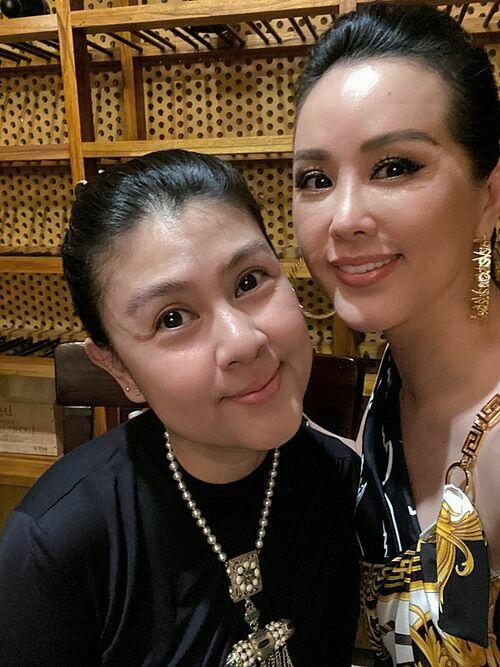 Sinh nhật bà bạn Kim Thư của tui cười đau bụng cả đêm. Chúc bà tuổi mới kinh doanh phát đạt, nhiều người yêu thương, đầy may mắn và hạnh phúc nhé. Love you, hoa hậu Thu Hoài nhắn nhủ.