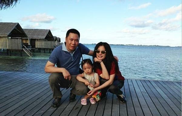 Vợ chồng Triệu Vy và con gái chụp ảnh năm 2012.
