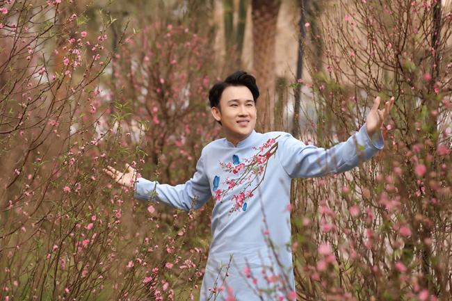 Dương Triệu Vũ chia sẻ cảnh quay mà anh ưng ý nhất là khung cảnh lạc giữa 1.000 gốc mai vàng đang nở rộ như lời chúc một năm mới vạn lộc phúc an đến khán giả