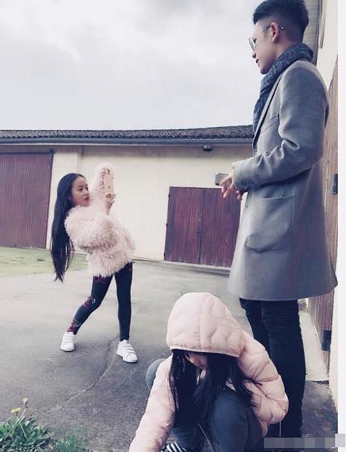 Con gái Triệu Vy chụp cho anh trai cùng cha khác mẹ.