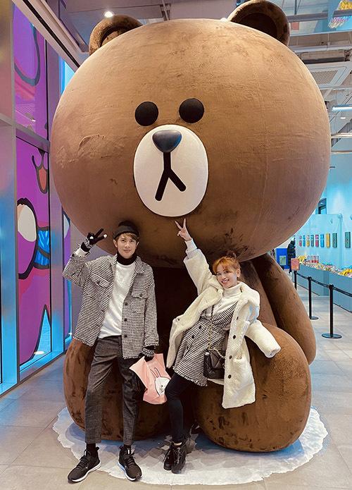 Sĩ Thanh và diễn viên Huỳnh Phương của nhóm hài FAP TV vừa có chuyến du lịch Hàn Quốc, mừng Valentine sớm. Đôi tình nhân chuẩn bị nhiều trang phục đôi theophong cách trẻ trung, sành điệu.
